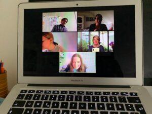 Bild 2: Svenja Hofert blickt mitten auf den Bildschirm